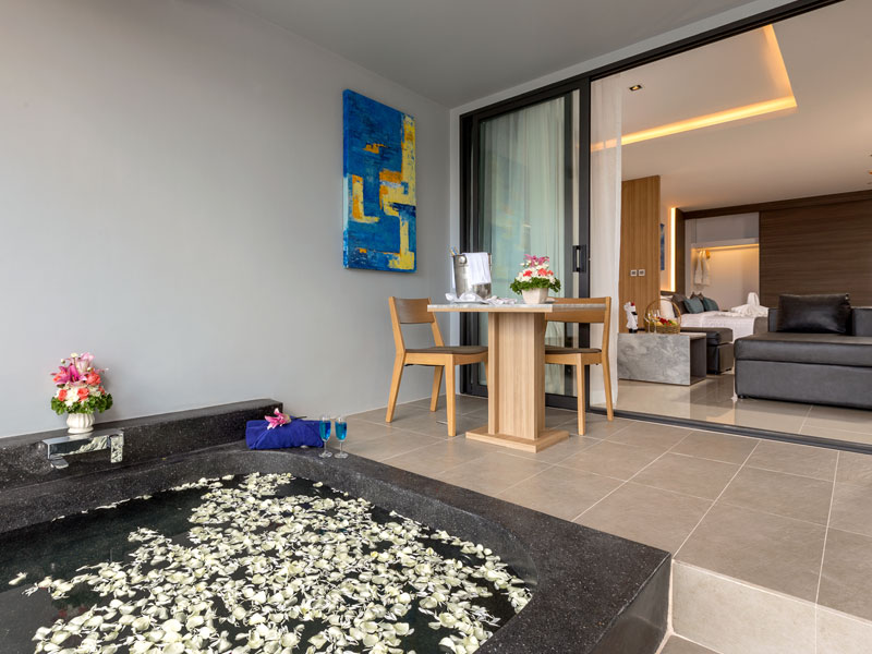 Pool & Beach Suite Accommodatation at The Bay & Beach Club Hotel Patong